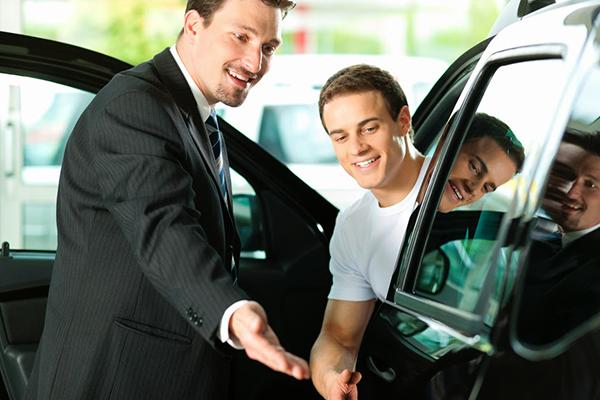 zadovoljan-prodavac-automobila