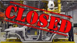 automobil na traci u fabrici automobila koja se zatvara zbog covid 19 virusa